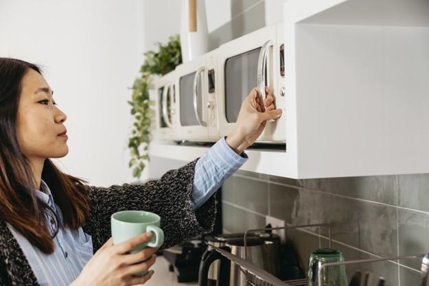 woman-using-microwave